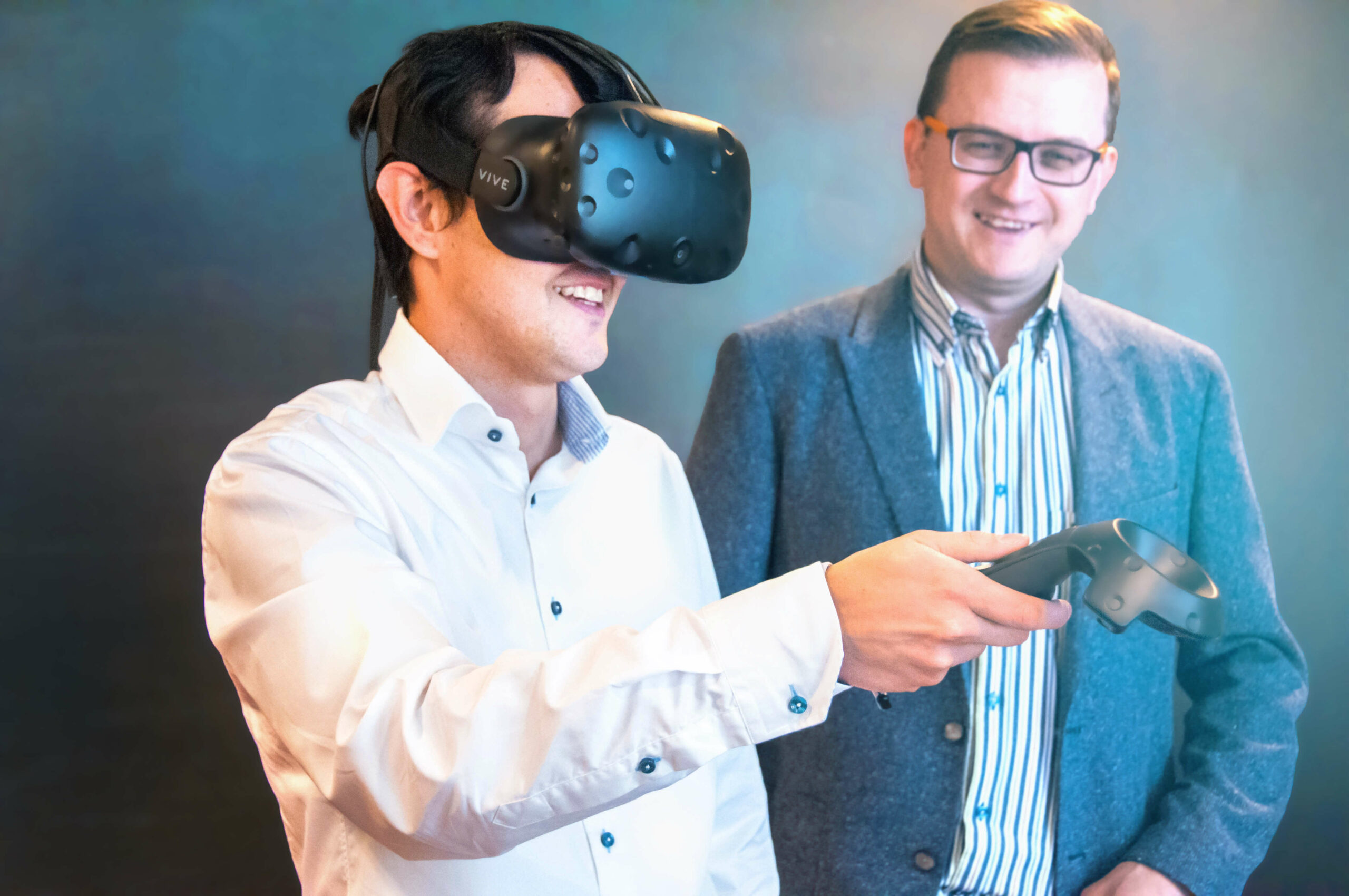 an expert instructing a person to use Visual Components Experience with VR glasses